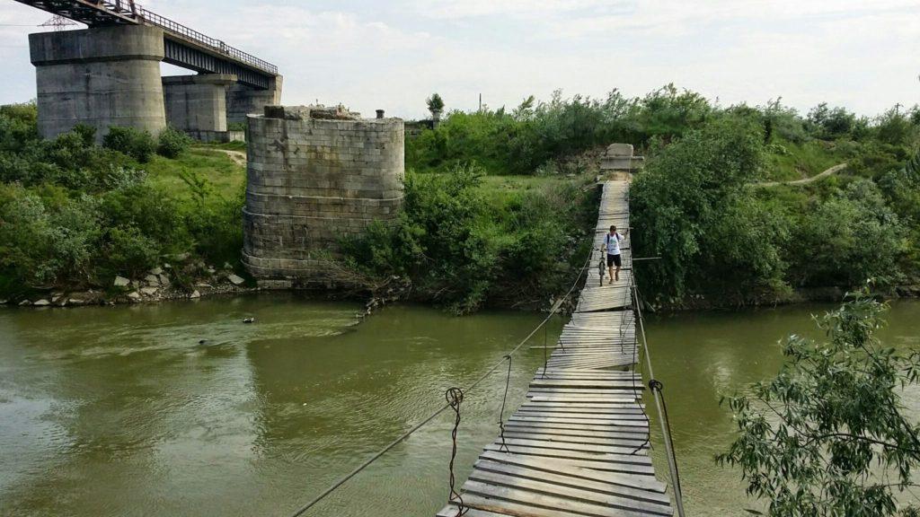 Podetul suspendat peste Arges, langa vechiul pod, abandonat