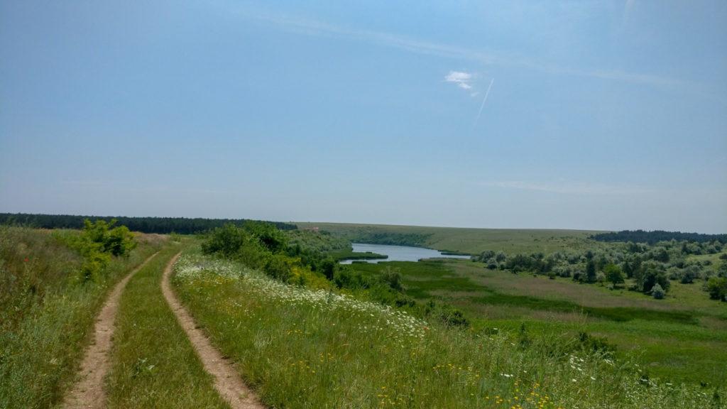 Drumul de langa lacul Hagieni, catre manastire