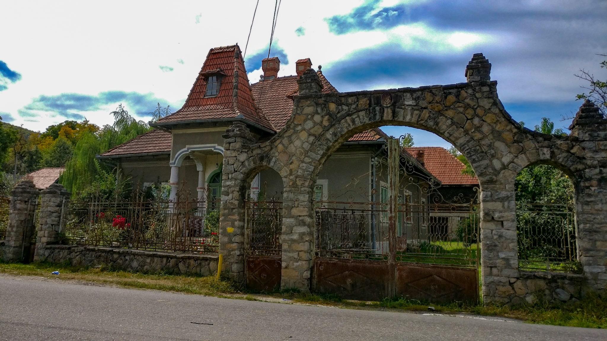 Doar una dintre casele vechi din zona