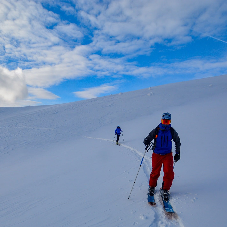Plecand pe schi de tura de la Cabana Ciucas
