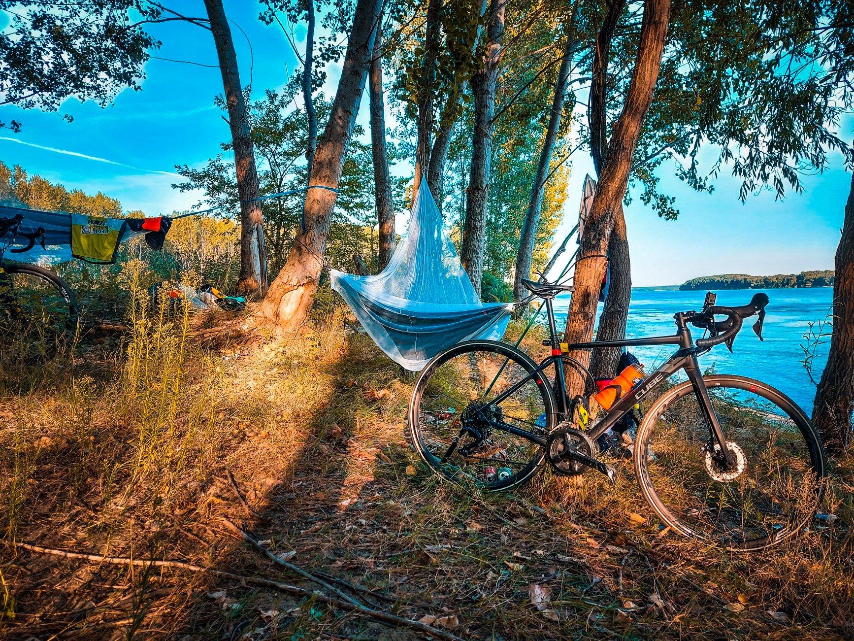 Locul de campat langa Dunare in tura de bikepacking