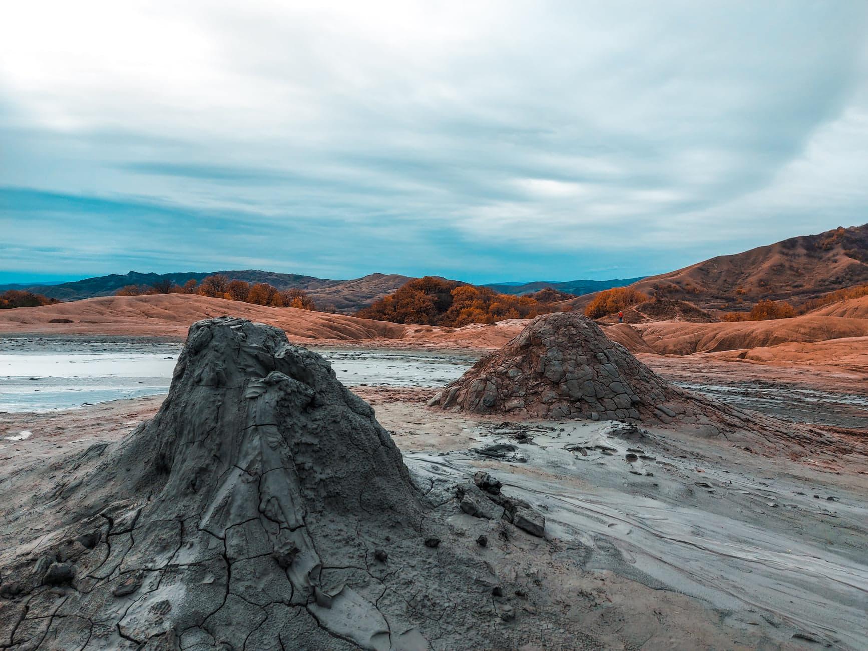 Varfurile tuguiate ale vulcanilor noroiosi de la Pacelele Mici