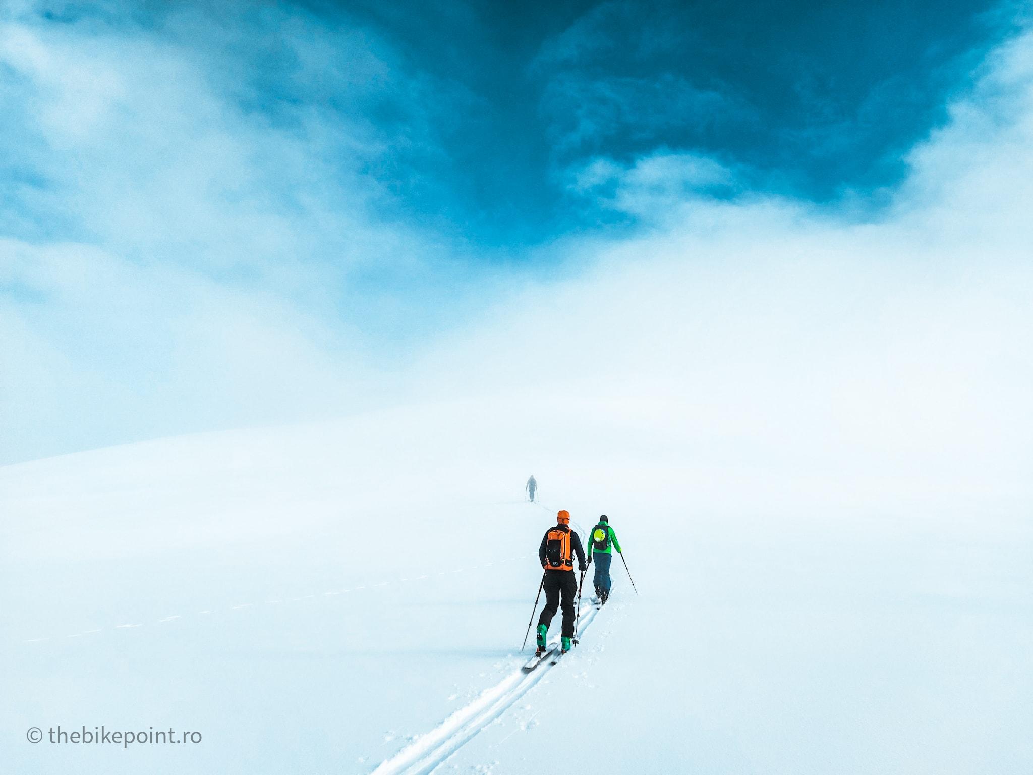 Pierduti in nori, urcand pe foci spre Varful cu Dor
