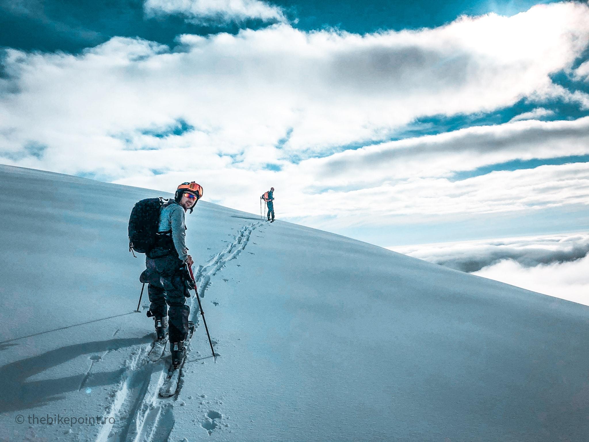 Urcand pe schiuri spre Varful cu Dor