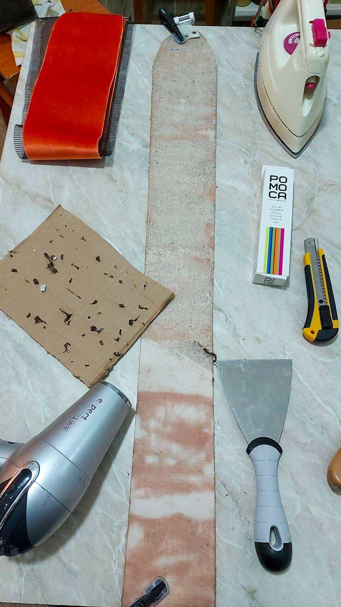 Folosirea unei spatule si a feonului pentru a incalzi si indeparta lipiciul vechi de pe foca