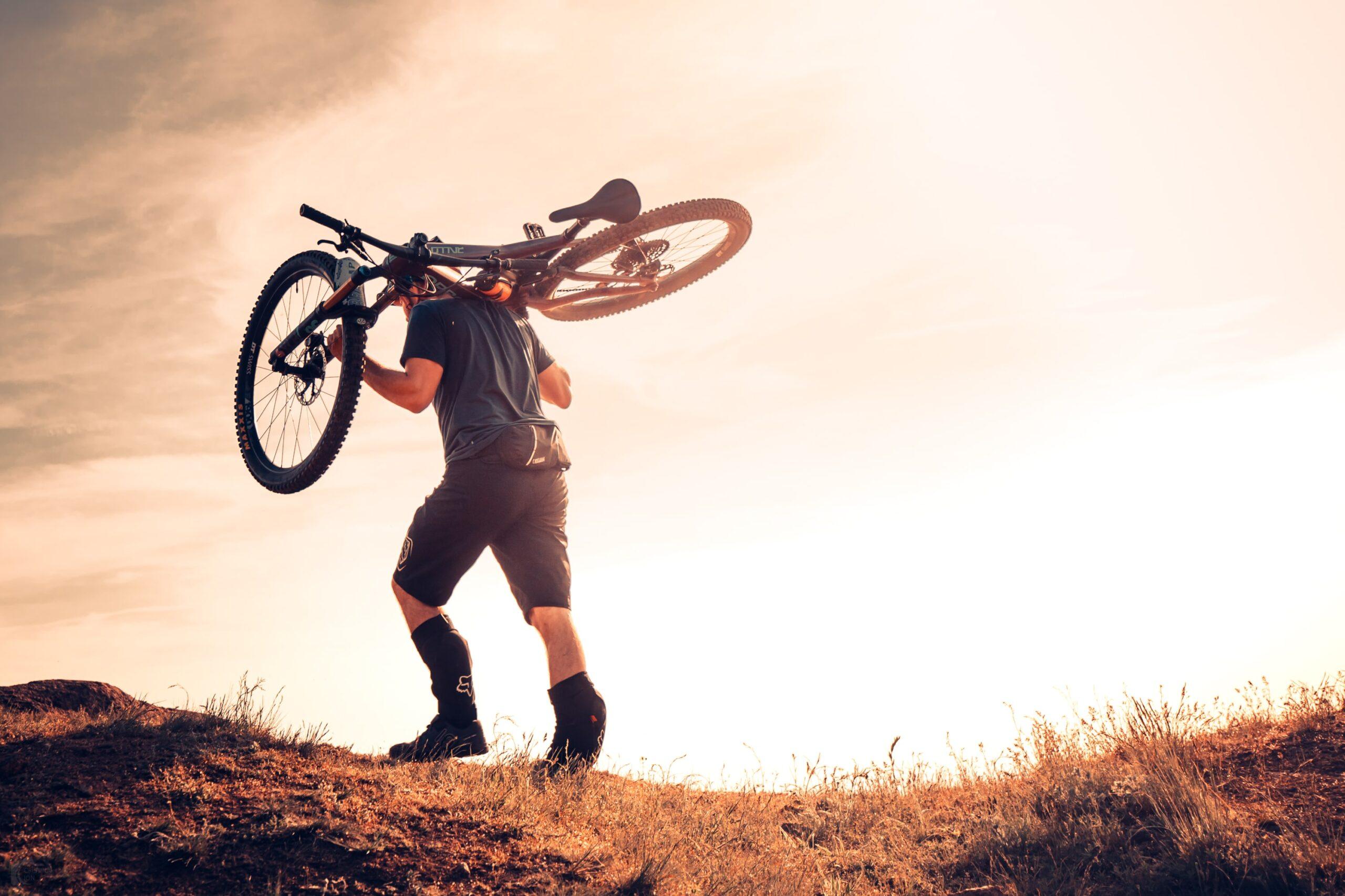 Urcarea carry bike pe noua poteca spre Vf Suluku Mare, Culmea Pricopan