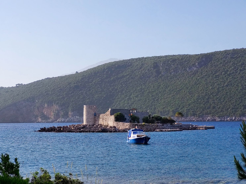 Alta fosta manastire pe o insula